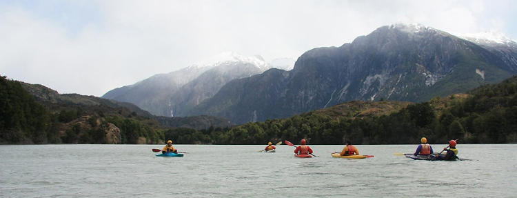 <p>Young kayakers from Cochrane, Aysén, learn to surf and roll on the turbid waters of the Baker River.</p>