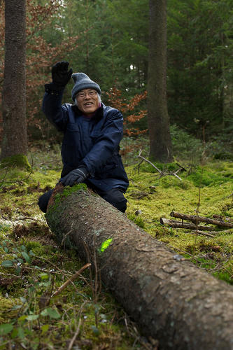 <p>Fujimori smiles and waves with a felled tree at the Forstenrieder Forestry in 2011.</p>