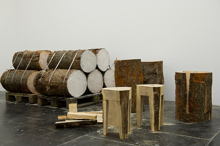 <p>The 7xStool is a furniture set carved from a tree trunk.</p>
