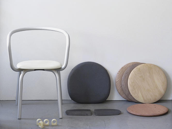 <p>There are three interchangeable seat options: reclaimed polypropylene, Kvadrat fabric, or Spinneybeck leather.</p>