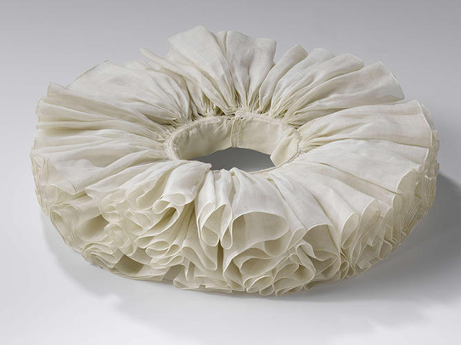 <p>This pleated linen collar also features a stitched border, made by an anonymous artisan from around 1615 to 1635.</p>
