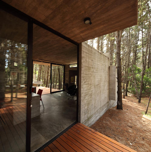<p>Concrete gets a bad rap for being &quot;cold&quot; or &quot;harsh.&quot; The AV house, a neo-Brutalist villa in the woods of Mar Azul, Argentina, proves the stereotypes wrong.</p>