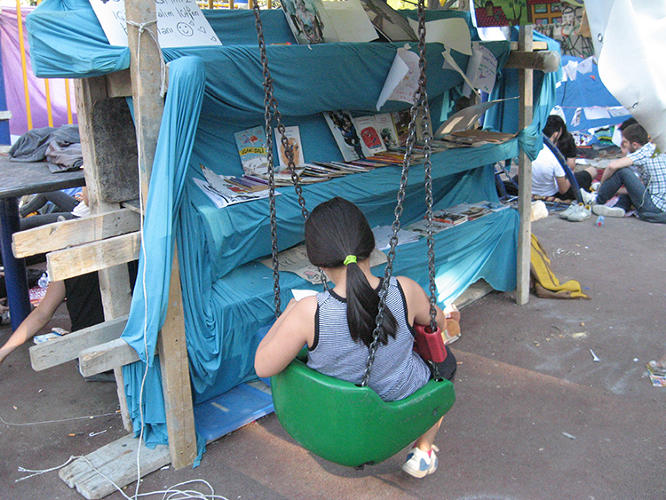 <p>The structures were created using all available materials, like tarp and bricks, sourced from the street.</p>