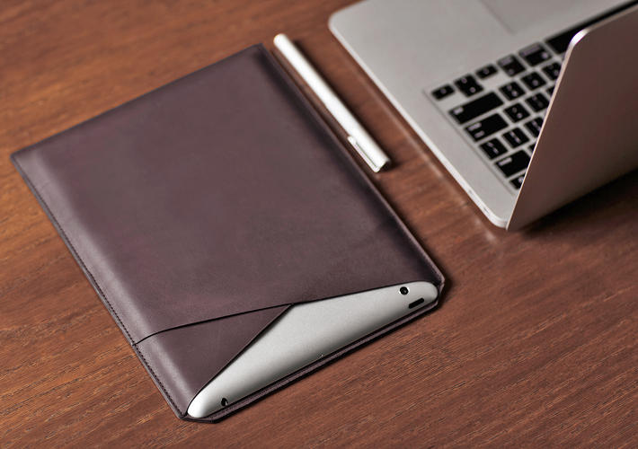 <p>This slim Layover Sleeve has a liner that cleans the iPad screen, and magnets that automatically wake and sleep the device when you insert or remove it.</p>