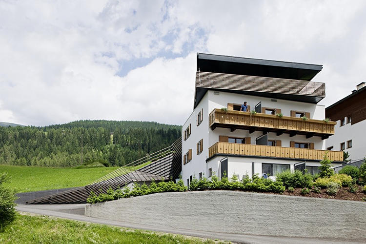 <p>The architects say the structure forms a &quot;connected spine&quot; linking the lush hillside with the more rigid villa.</p>