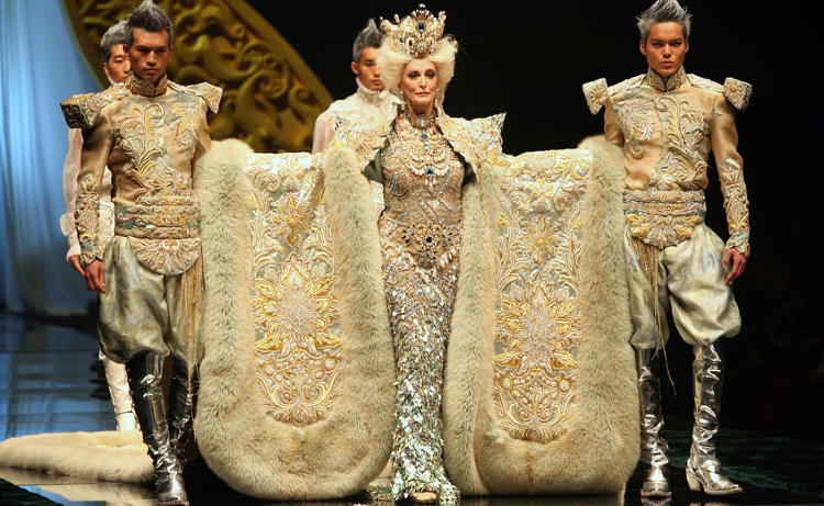 <p>Garmenia dell' Orefice has perfectly interpreted&quot;flawless&quot; and &quot;elefance&quot;.Over seventy years of age Carmen is the world's most experienced supermodel.In November 2009 during China International week, she joined hand with China's top designer Guo Pei, playing the role of the &quot;Queen&quot;. an important role at the &quot;1002 Nights&quot; high grade fashion conference, and her moving show shocked the fashion world.</p>