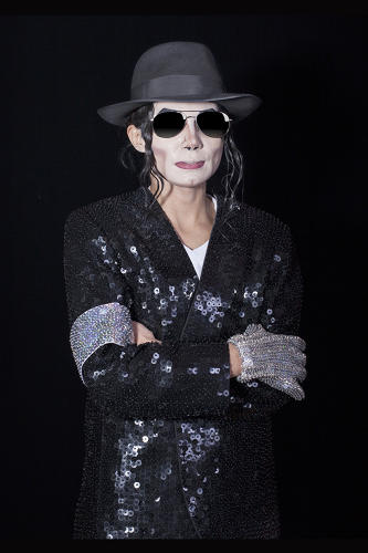 <p>She says one was an acrobatic dancer, one was dressed like Michael and had a Madonna impersonator with him, and the third was shaking hands, receiving condolences, and talking like Jackson.</p>