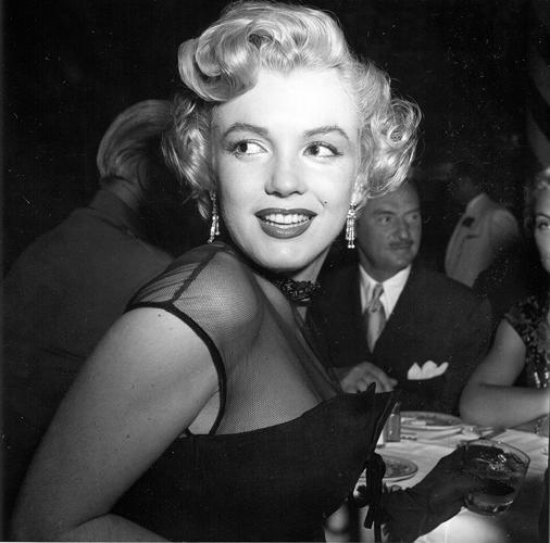 <p>Marilyn Monroe attends a banquet in 1952.</p>