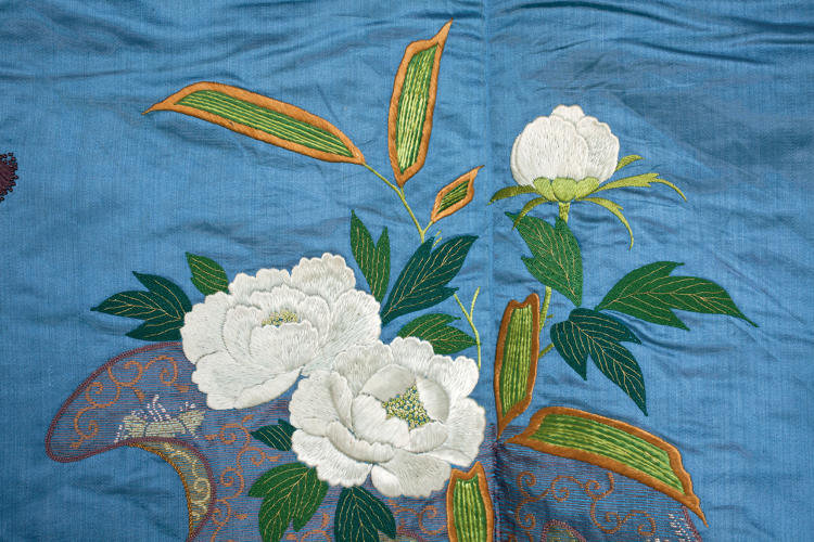 <p>Kimono for a woman (kosode). Flower sacks (detail). <br /> Satin silk (shusu); embroidery in silk and metallic threads. <br /> Edo– Meiji period, 1850–80, 158.5x 119.0 cm, KX189.</p>