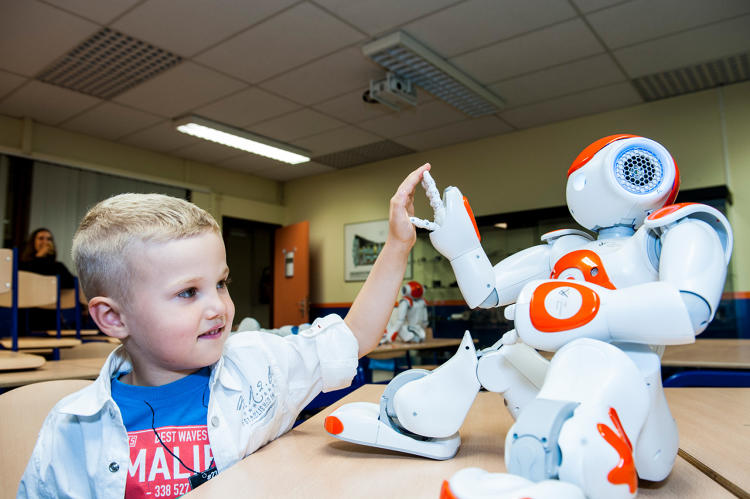 <p>Five universities and two companies are collaborating on L2TOR, which uses the NAO humanoid from a French company.</p>