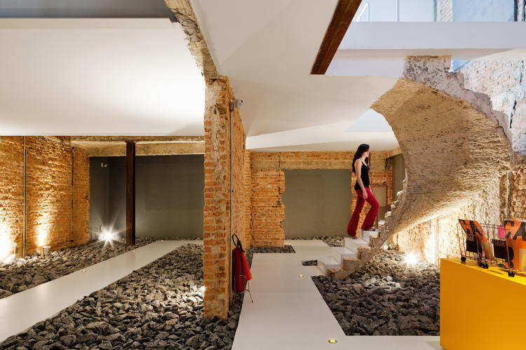 <p>Casa Rex in São Paulo combines rough and raw materials for the reception room to give it a bit of character before entering the pristine offices.</p>